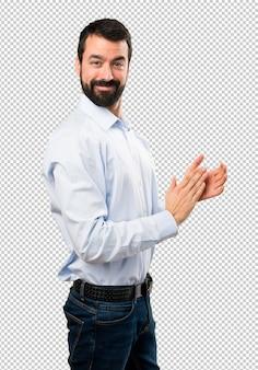 Homem bonito com barba aplaudindo