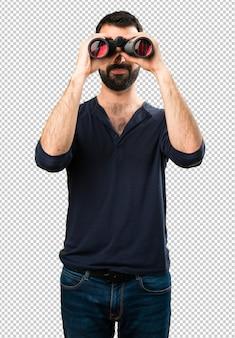 Homem bonito com barba com binóculos