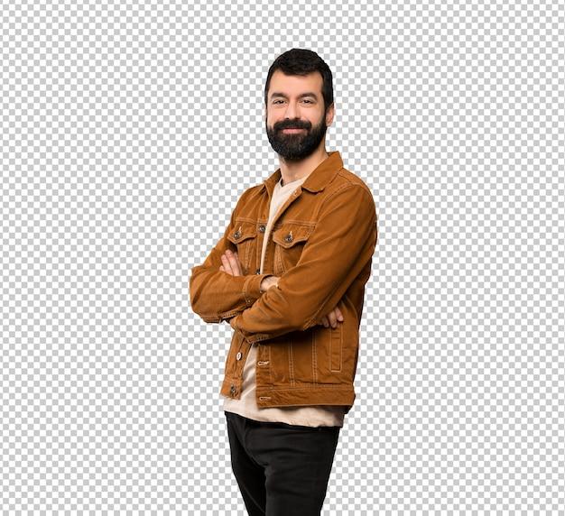 Homem bonito com barba com os braços cruzados e olhando para a frente