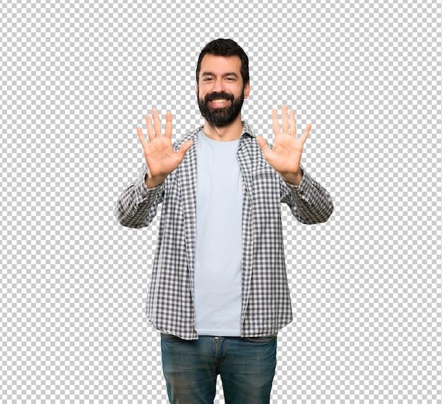 Homem bonito com barba contando dez com os dedos