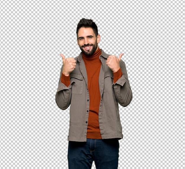 Homem bonito com barba dando um polegar para cima gesto com as duas mãos e sorrindo