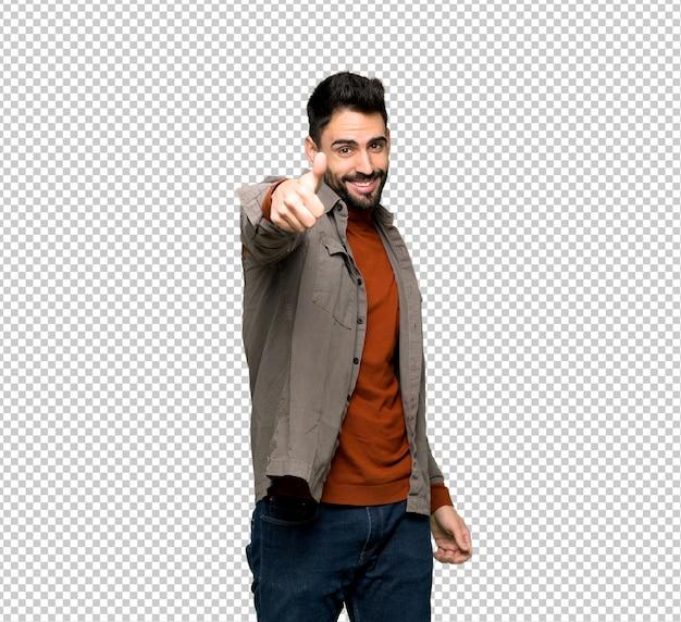 Homem bonito com barba dando um polegar para cima gesto porque algo bom aconteceu
