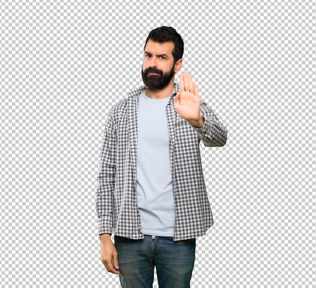 Homem bonito com barba fazendo gesto de parada