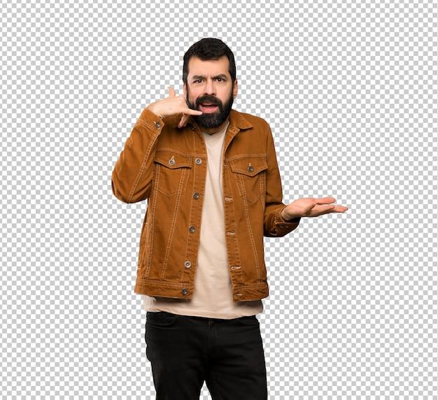 Homem bonito com barba fazendo gesto de telefone e duvidando