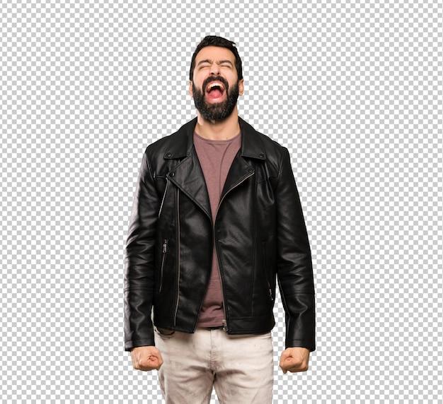 Homem bonito com barba gritando para a frente com a boca aberta