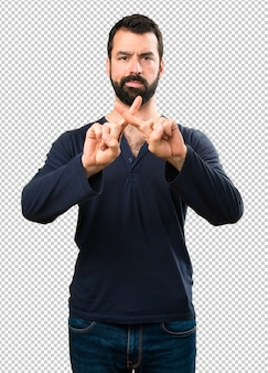 Homem bonito com barba não fazendo nenhum gesto
