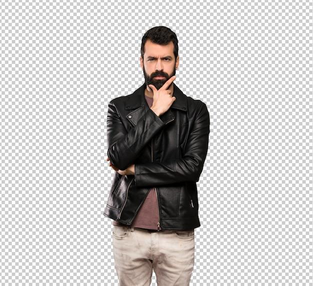 Homem bonito com barba pensando