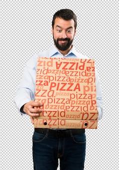 Homem bonito com barba segurando pizzas
