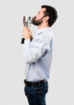 Homem bonito com barba segurando um troféu