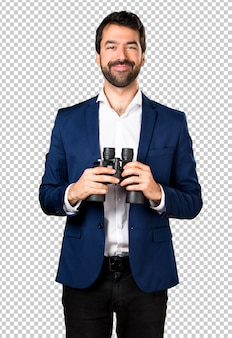 Homem bonito com binóculos