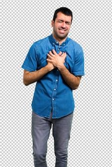 Homem bonito com camisa azul com dor no coração