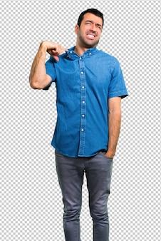 Homem bonito com camisa azul com febre