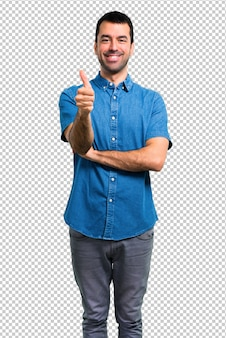 Homem bonito com camisa azul, dando um polegar para cima gesto e sorrindo