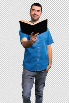 Homem bonito com camisa azul, lendo um livro