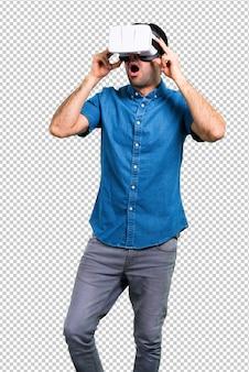 Homem bonito com camisa azul usando óculos vr