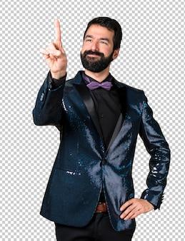 Homem bonito com casaco de lantejoulas, tocando na tela transparente
