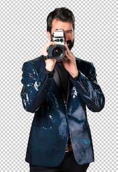 Homem bonito com filmagem de jaqueta de lantejoulas