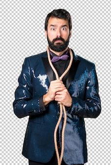 Homem bonito com jaqueta de lantejoulas com slipknot em volta do pescoço