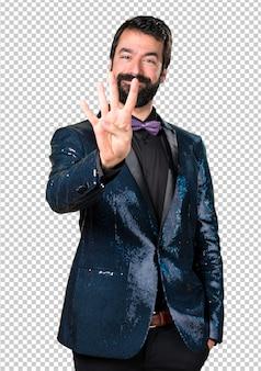 Homem bonito com jaqueta de lantejoulas, contando com quatro
