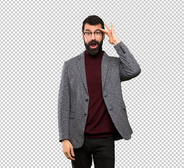 Homem bonito com óculos acaba de perceber algo e tem a intenção a solução
