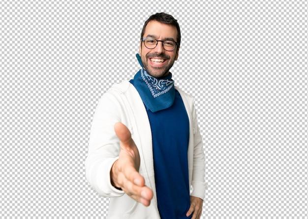 Homem bonito com óculos apertando as mãos para fechar um bom negócio