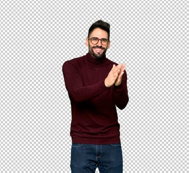 Homem bonito com óculos aplaudindo após apresentação em uma conferência