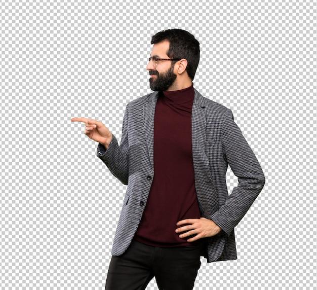 Homem bonito com óculos, apontando o dedo para o lado