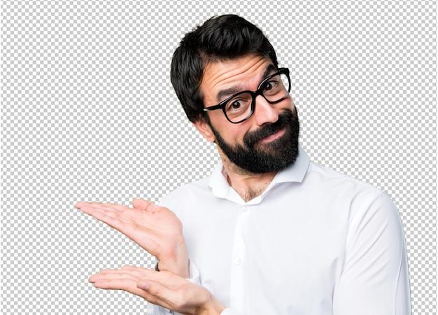 Homem bonito com óculos apresentando algo