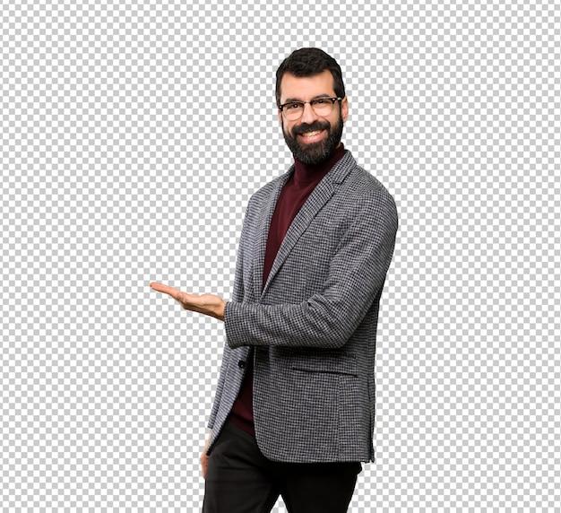 Homem bonito com óculos apresentando uma ideia enquanto procura sorrir para
