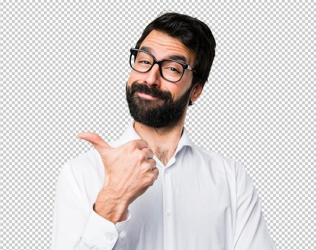 Homem bonito com óculos com o polegar para cima