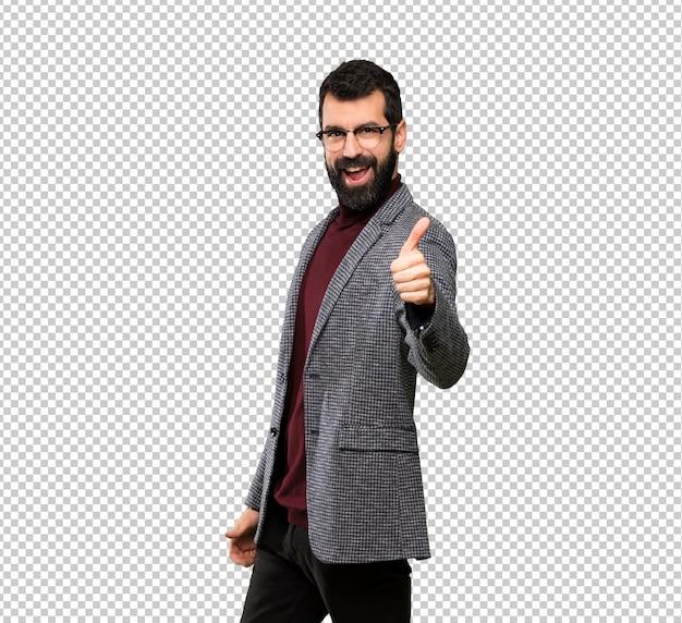 Homem bonito com óculos com polegares para cima porque algo bom aconteceu