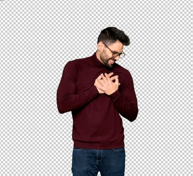 Homem bonito com óculos com uma dor no coração