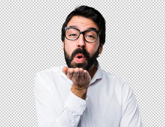 Homem bonito com óculos mandando um beijo