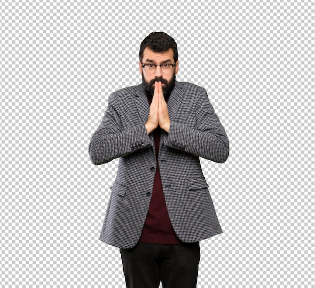 Homem bonito com óculos mantém palm juntos. pessoa pede algo