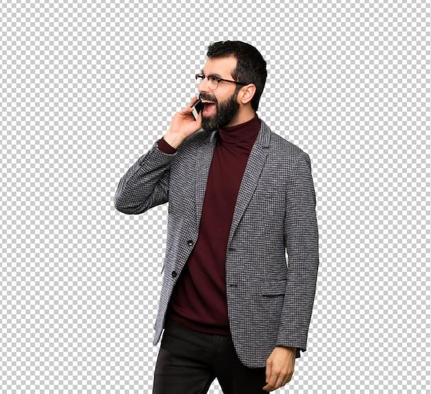 Homem bonito com óculos, mantendo uma conversa com o telefone móvel