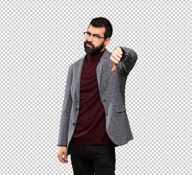 Homem bonito com óculos mostrando o polegar para baixo com expressão negativa