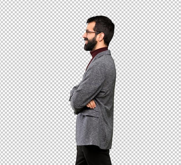 Homem bonito com óculos na posição lateral