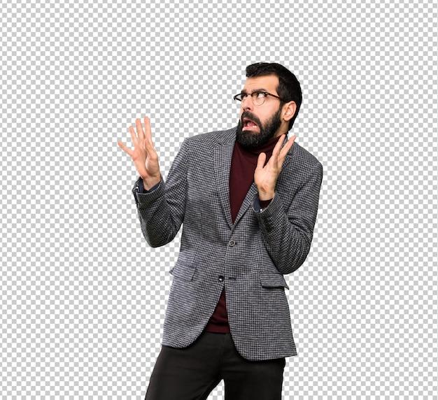 Homem bonito com óculos nervoso e assustado