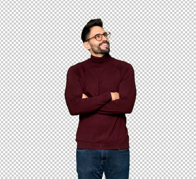 Homem bonito com óculos olhando para cima enquanto sorrindo