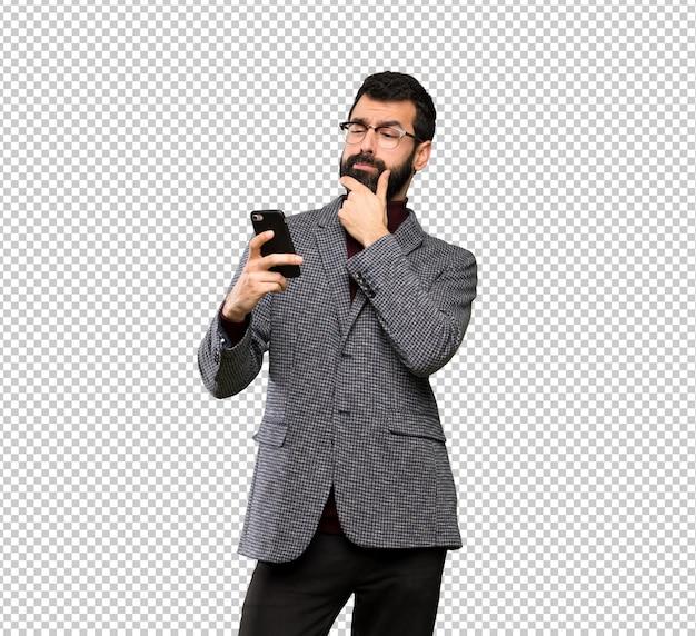 Homem bonito com óculos pensando e enviando uma mensagem