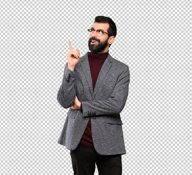 Homem bonito com óculos pensando uma ideia apontando o dedo para cima