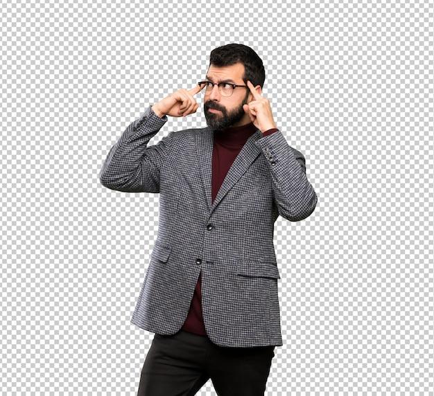 Homem bonito com óculos, tendo dúvidas e pensando