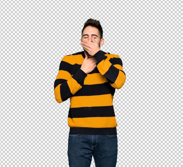 Homem bonito com suéter listrado está sofrendo com tosse e se sentindo mal