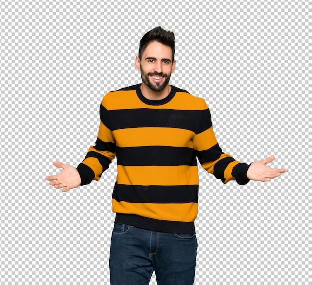 Homem bonito com suéter listrado sorrindo