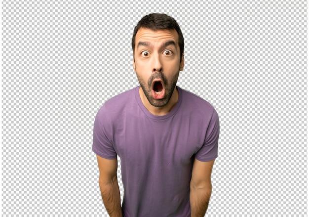 Homem bonito com surpresa e expressão facial chocada