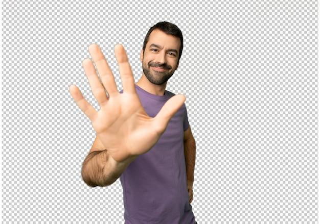 Homem bonito, contando cinco com os dedos