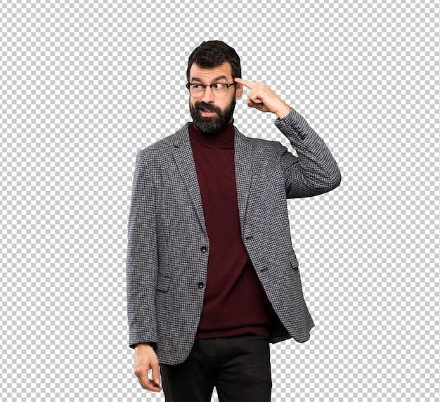 Homem bonito de óculos, fazendo o gesto de loucura, colocando o dedo na cabeça