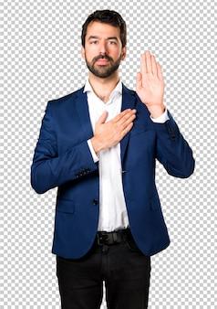 Homem bonito, fazendo um juramento