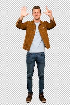 Homem bonito loiro contando sete dedos