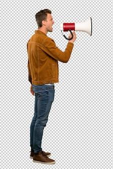 Homem bonito loiro gritando através de um megafone
